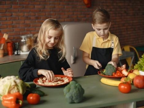 children-slicing-vegetables-3984714